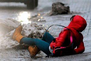 ТРАВМА в гололед: кто виноват и что делать